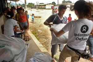 Famílies reben el kit d'Higiene entregat per Oxfam Intermón als desplaçats per les inundacions del riu Babahoyo. (c) Ricardo Landetta /  Oxfam Intermón