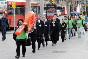 Acto de calle en Zaragoza en protesta por la ley de comercialización de armas ligeras aprobada por el gobierno español. (c) Oxfam Intermón