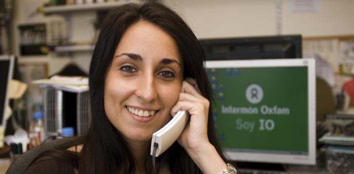 Una empleada de Oxfam Intermón atendiendo una llamada en la oficina. (c) Pablo Tosco / Oxfam Intermón