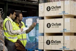 Dos técnicos de acción humanitaria controlando el cargamento de letrinas, cubos de agua y material de saneamiento enviado a Etiopía.(c) Pablo Tosco / Oxfam Intermón
