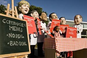 Un grupo de activistas representando a los los lideres políticos mundiales durante un acto de calle. (c) Pablo Tosco / Oxfam Intermón