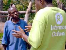 Bonaventure Ngendahayo, Responsable de Programa de Oxfam Intermón a Burundi, dialogant amb Maurice Ntarambirwa. (c) Pablo Tosco / Oxfam