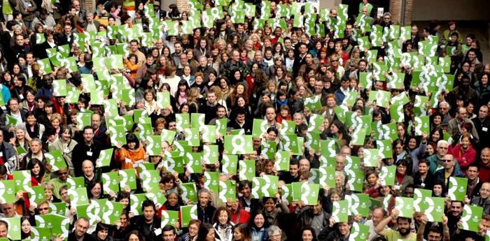 Grupo formando el logotipo de Oxfam Intermón. (C) Pablo Tosco / Oxfam Intermon
