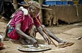 Refugiado comiendo en Sudán. (c) Pablo Tosco / Oxfam Intermón