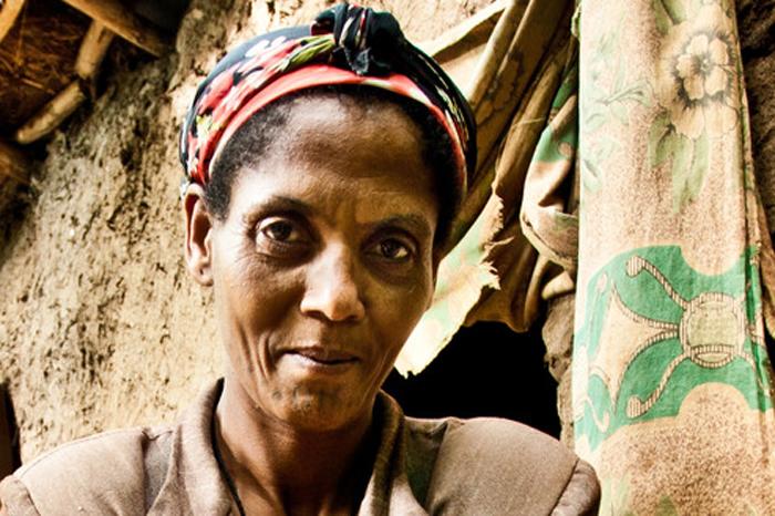 Darem Yelesh es promotora de higiene de la comunidad de Areka. Oxfam Intermón ha construido un pozo de distribución de agua. (c) Pablo Tosco / Oxfam Intermón