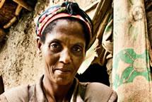 Darem Yelesh limpiando sus manos, es campesina de la comunidad de Areka, Oxfam Intermón ha construido un pozo de distribución de agua y dictado talleres de gestión del agua y saneamiento. (c) Pablo Tosco