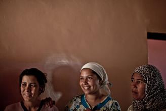 Charifa Beja rodeada de su familia, horas antes de su primer viaje fuera de Marruecos.