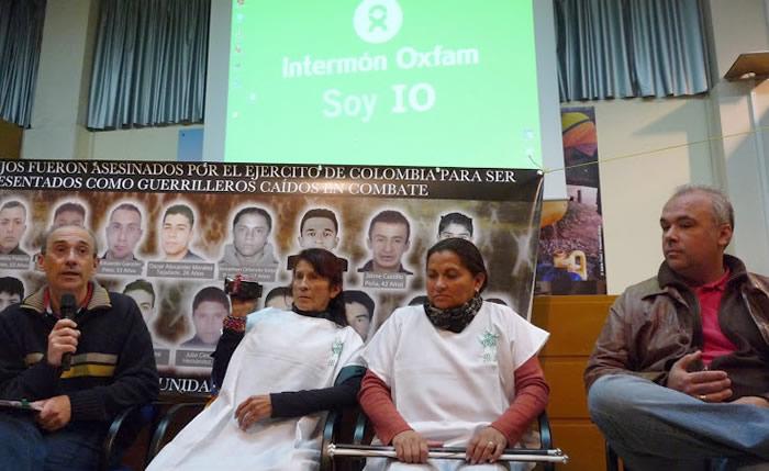 El Director de Cooperación y el responsable de IO en Colombia con la Madres. (c) Marcela Ospina / Oxfam Intermón