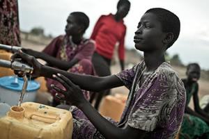 El campo de desplazados de Mingkaman, en Awerial, se ha convertido en refugio para casi 100.000 personas, principalmente de la etnia dinka, que huyeron de los enfrentamientos violentos en el estado de Jonglei, principalmente de la ciudad de Bor