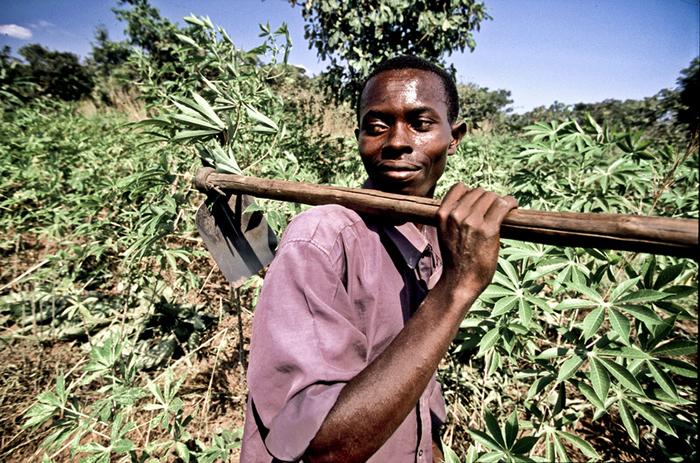 Campesino de Nyanza Lac sostiene una azada en sus brazos en la parcela de tierra donde cultiva yuca. (c) Pablo Tosco / Oxfam Intermón