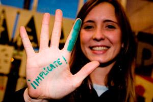 Dona amb missatge de implica't pintat a la mà./ Autor: Oxfam Intermón.