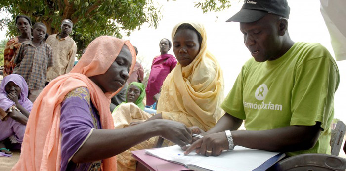 Samuel Nyica, oficial de Seguridad Alimentaria de Oxfam Intermón en Sur Sudán, durante la entrega de semillas a las mujeres beneficiarias del programa en Raja Town. (c) Pablo Tosco / Oxfam Intermón